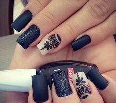 veo unas uñas decorada  con negr y una con blanco y negro es un diseño de uñas color negro un color  oscuro muchas veces trasmite tristeza Sexy Nails, Fun Nails, Pretty Nails, Oval Nails, Stylish Nails, White Nails, Nail Arts, Christmas Nails, Nails Inspiration