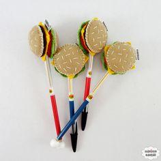 Lápis ou caneta com ponteira decorado com um hambúrguer feito em feltro bordado à mão.