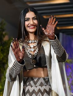 Sonam Kapoor Reception ceremony look ! Indian Celebrities, Bollywood Celebrities, Bollywood Fashion, Bollywood Saree, Indian Bollywood, Bollywood Actress, Mehandi Designs, Indian Designer Outfits, Indian Outfits