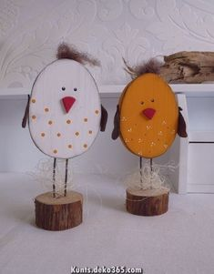 Diese niedlichen Hühnchen sind in jeder Osterdeko ein kleines Highlight. Sagen … These cute little chickens are a little highlight in every Easter decoration. Tell them if you would like to have a different color. The pedestal is a tree disc which is … Easter Art, Easter Crafts, Easter Eggs, Wooden Crafts, Diy And Crafts, Crafts For Kids, Spring Crafts, Holiday Crafts, Chicken Crafts