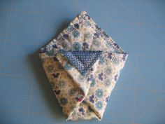 Tuto pochette origami - le blog mona66 Pin Cushions, Alphabet, Patches, Blog, Sewing, Voici, Face Peel Mask, Couture Facile, Needlework