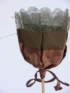 cadeau d'automne DIY - bouquet de bonbons au chocolat enveloppés de papier décoratif marron