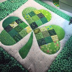 Shamrock Table Runner for St. Patrick's Day Patchwork Table Runner, Table Runner And Placemats, Table Runner Pattern, Quilted Table Runners, Quilting Projects, Quilting Designs, Sewing Projects, Celtic Quilt, Irish Chain Quilt