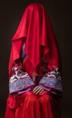 China bride with red veil - china veil Chinese Wedding Dress Traditional, Chinese Bride, Chinese Style, Traditional Dresses, Wedding Chinese, Oriental Wedding, Asian Bride, Hanfu, Cheongsam