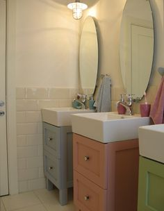 How precious is this for a shared bathroom space for multiple small children? - How precious is this for a shared bathroom space for multiple small children? Small Bathroom Sinks, Modern Bathroom Decor, Upstairs Bathrooms, Bathroom Kids, Bathroom Renos, Kid Bathrooms, Family Bathroom, Bathroom Remodeling, Childrens Bathroom