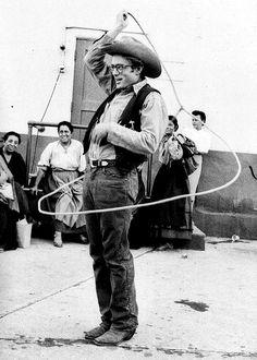 James Dean muestra sus habilidades de lazo en el conjunto de Giant, fotografiado por Sanford Roth.