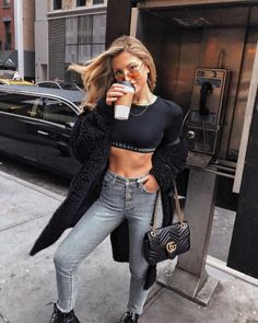 Don't get sad about being flat-chested. We have put together the best outfits for flat-chested women that will have your praising your small boobs rather than pining after larger assets. All Black Fashion, All Black Outfit, Young Fashion, Black Outfits, Girl Outfits, Fashion Outfits, Fashion Tips, Fashion Trends, Fashion Inspiration