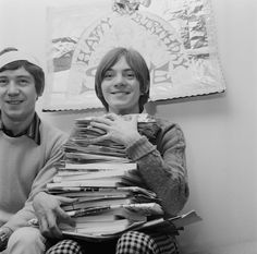 English musicians Steve Mariott - holdin a pile of birthday cards, and Kenney Jones of rock band The Small Faces, UK, January (Photo by Les Lee/Daily Express/Hulton Archive/Getty Images) Kenney Jones, Ronnie Lane, Muse Music, Steve Marriott, Faces Band, Folk Bands, Humble Pie, Thing 1, British Invasion