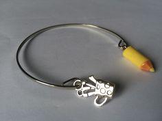 """Bracelet jonc """"Cadeau maîtresse"""", crayon jaune et breloque pot à crayons : Bracelet par alterperles"""