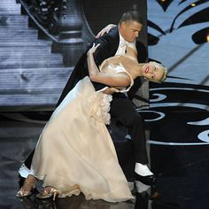 "Channing Tatum e Charlize Theron interpretam ""The Way You Look Tonight"", do filme ""Ritmo Louco"" (1936), na abertura da 85ª edição do Oscar, no Dolby Theatre, em Los Angeles"