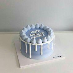 blue aesthetic soft pastel blue light blue dark blue white grunge minimalistic japanese korean ethereal aesthetic aesthetics r o s i e Cake Decorating Frosting, Cake Decorating Designs, Birthday Cake Decorating, Simple Cake Decorating, Mini Cakes, Cupcake Cakes, Frog Cakes, Blue Birthday Cakes, Simple Birthday Cakes