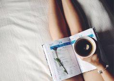 """應該每個人都曾經寫過""""日記""""(寫幾天就放棄的人也包含在內)~寫下煩惱,紀錄成長以外,也寫下所有快樂的事情吧! 比如說明天預定要去哪裡,或是想做哪些事情⋯⋯等,這樣的感覺紀錄下來就可以。  日記的結尾部分寫下能振奮心情的事,也更能感受到對於未來的期望~ 想著快樂的事做為一天的結尾,對於一天下來的滿足感會瞬間拉高喔!  同時也有助於建立明天以後的計畫。 掌握哪些預定,讓隔天也能順利快樂地度過,或許這也可以說是日記的功能之一♪"""