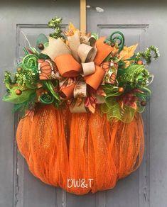 Super Ideas For Fall Door Hangers Wreath Tutorial Fall Mesh Wreaths, Fall Deco Mesh, Diy Fall Wreath, Autumn Wreaths, Wreath Burlap, Tulle Wreath, Floral Wreaths, Spring Wreaths, Summer Wreath