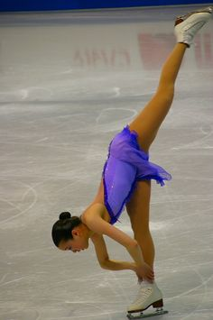 Figure skater Charissa Tansomboon performs a Charlotte Spiral #purple #sports