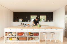 Chalet Paramount - la SHED architecture — Maxime Brouillet Modern Family House, Modern Lake House, La Shed Architecture, Residential Architecture, Kitchen Interior, Kitchen Decor, Kitchen Ideas, Duplex House Design, Forest House