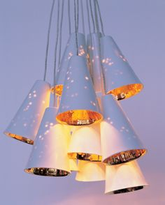 Lampen gemaakt van porselein en was.  Het (gedeeltelijk) transparantie effect van de combinatie van deze materialen wordt zichtbaar als de lamp aan is.