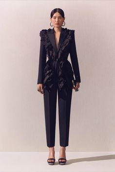 Alexander McQueen Crucero 2020 - Pasarela   Vogue España Blazer Fashion, Suit Fashion, Fashion Outfits, Womens Fashion, Couture Fashion, Runway Fashion, Fashion Show Collection, Mannequins, Suits For Women