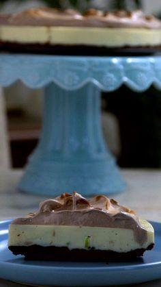 Impossível resistir a essa torta que combina o azedinho do limão com o docinho do chocolate!