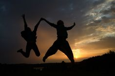 Was uns wirklich glücklich sein lässt? Der Job? Die Familie? Keine Arbeit - also Arbeitsagentur? Nein - Wir alle streben nach Glück...