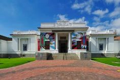 Visit museums and art galleries in Cape Town. In the heart of the city as the galleries of Long Street and you will find the National Gallery of Art, opposite the pleasant park Company Gardens, with the best pieces of South African art and interesting both temporary and permanent exhibitions, you can also visit the Museum slavery, located in one of the oldest buildings in the city, the Natural Science Museum and Planetarium.
