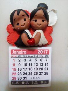 Lembrancinha feita em biscuit  Confeccionados personalizado nas cores da pele dos noivos e cor do casamento.