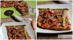 Pizza al pesto rojo con espárragos y salami.