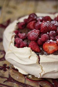 Pavlova com Mousse de Chocolate e Frutos Vermelhos