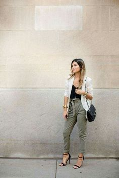 Paper Bag Pants Paperbag Pants White Blazer Blazer Outfit Ideas Paperbag Outfit Ideas Classic Strapy Heels Chanel Bag Layered Necklaces Source by biblio_philia pants outfit Trajes Business Casual, Business Casual Outfits, Office Outfits, Teacher Outfits, Business Chic, Business Fashion, Linen Pants Outfit, Trouser Outfits, Linen Blazer