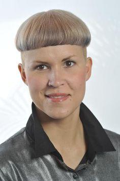 Sarah Proving bowlcuts are sooooo sexy:) Latest Haircuts, Short Bob Haircuts, Haircuts For Men, Chili Bowl Haircut, Page Haircut, Bowl Haircut Women, Mushroom Haircut, Short Hair Cuts, Short Hair Styles