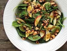 Spinat-salat med æble og brændte paranødder