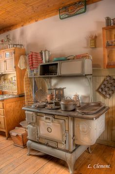 magicalhome: My dream kitchen- an antique stove and a Hoosier cabinet! Wood Stove Cooking, Kitchen Stove, Old Kitchen, Country Kitchen, Vintage Kitchen, Kitchen Dining, Kitchen Decor, Kitchen Wood, Kitchen Jars