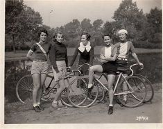 Vintage Cycle Chic Girls - Riding Fixed Velo Vintage, Vintage Cycles, Vintage Bikes, Vintage Motorcycles, Cycle Chic, Women's Cycling, Cycling Girls, Cycling Jerseys, Bicycle Race