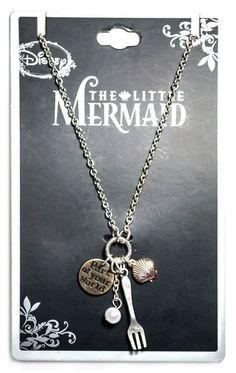 """Lindo colar A Pequena Sereia na cor prata com um pingente contanto uma concha, uma pérola, um garfo e um medalhão escrito: """"Part of your world""""."""