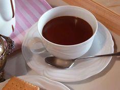 Dolce, cremosa e appagante questa cioccolata calda in tazza è proprio quello che ci vuole per riscaldarci e coccolarci in questi giorni d'inverno. E possiamo berne anche più di una tazza perchè questa ricetta che vi propongo ha pochissime calorie che vi svelerò in... #cacao #cioccolato #comfortfood