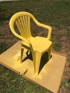 Refresh Outside Plastic Furniture with this frugal outdoor furniture makeover idea DIY. A hometalk D Patio Furniture Makeover, Chair Makeover, Upcycled Furniture, Diy Furniture, Outdoor Furniture, Furniture Layout, Lawn Chairs, Garden Chairs, Hacks Diy