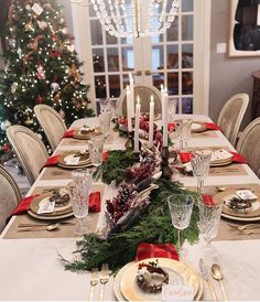 Caroline shares her Christmas Table Setting Christmas Dinner Set, Christmas Dining Table, Christmas Table Settings, Holiday Tables, Rustic Christmas, Christmas Home, Xmas, Gold Christmas Decorations, Christmas Tablescapes