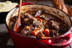 Laurent Mariotte confie sa recette de ce plat mijoté adoré de nos grands-mères et c'est très alléchant Hearty Beef Stew, Braised Short Ribs, Stuffed Mushrooms, Stuffed Peppers, Recipe For Mom, Venison, Fresh Herbs, Beef Recipes, Sweet Potato