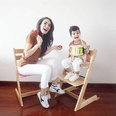 Çünkü biz tam bi takımıız ❤ Cocukla birlikte büyüyen tasarimlariyla annelerin bir tanesi Stokke'nin TrippTrapp'i sayesinde yemek işini süper çözdük, artık hepimiz mama sandalyesinde oturuyoruz Arada müzik yapmak, duvar boyamak dahil  via @styleboomblog