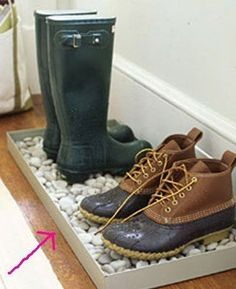 Gardez vos chaussures de pluie, trempé sales sur un plateau de galets-rempli. | 25 Cheap And Easy DIYs That Will Vastly Improve Your Home