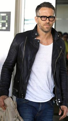 Ryan Reynolds looked oh so HOT in a leather jacket and chunky black square specs! Cool your jets ladies…he's (unfortunately) taken! Fashion Mode, Look Fashion, Trendy Fashion, Stylish Men, Men Casual, Stylish Glasses For Men, T-shirt Und Jeans, Mode Cool, Style Masculin