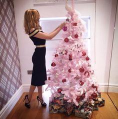 Pin for Later: Seht wie die Stars die Weihnachtssaison einläuten Bei Kylie Minogue gab es rosa-rote Weihnachten: Die Sängerin gestaltete diesen Baum für das Kaufhaus Liberty in London