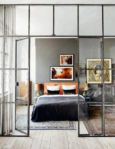 Eldigt sovrum med glasväggar