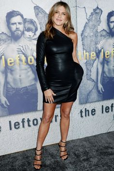 Braless Jennifer Aniston in a one-Shoulder Leather Dress Jennifer Aniston Style, Jennifer Aniston Divorce, Jennifer Aniston Pictures, Jeniffer Aniston, Talons Sexy, Justin Theroux, Look 2018, Leather Dresses, Skin Tight