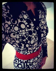 WEIZ Copenhagen retro inspired black and white Alberte dress, worn with the über popular Waist belt in red.