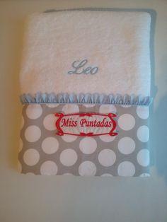 Toalla de ducha lunares ,pétalos y nombre bordado.  Toalla 100% algodón de 0,70 cm. x 1,30 cm.  Producto lavable a máquina y se puede usar secadora.  Producto hecho en España.
