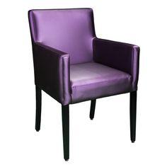 Mit seinen geraden Linien mit traditionellem Charme, hat der Rosana Sessel einen dick gepolsterten Sitz und eine Rückenlehne, bedeckt mit einem weichen Bezug. Lassen Sie mit Rosanna ein echtes Ambiente der Wärme in Ihren Raum bringen.
