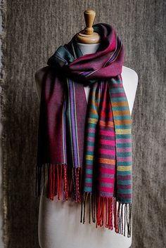 We are weaving a simple pattern made up of 2 different sized squares with a striping sequence in a very traditional layout. When you watch episode 6 of the JST Online Guild Weaving Lessons, you will… Weaving Designs, Weaving Projects, Weaving Patterns, Stitch Patterns, Knitting Patterns, Loom Weaving, Hand Weaving, Woven Scarves, Cardigan