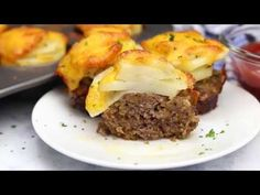 This Easy Meatloaf and Potatoes Dinner gives you meat and potatoes all in one delicious shot! Dinner's on the table in just around 30 minutes! Easy Meatloaf, Meatloaf Recipes, Meat Recipes, Dinner Recipes, Cooking Recipes, Healthy Meals For One, Quick Meals, Potato Dinner, Main Meals