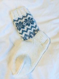 Kuviolliset talvisukat – Nurjia silmukoita Socks, Couture, Projects, Fashion, Log Projects, Moda, Blue Prints, Fashion Styles, Sock