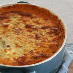 A deliciously easy Thermomix Moussaka that the whole family will love! Filled with layers of lamb mince, potatoes, eggplant and cheese sauce! Chicken And Bacon Pasta Bake, Macaroni And Cheese, Mousaka Recipe, Gourmet Recipes, Healthy Recipes, Savoury Recipes, Moussaka, Creamy Chicken, Cheese Sauce